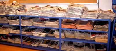 Periódicos apilados en el servicio de documentación de Berria