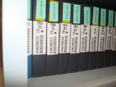 Servicio de documentación de ETB. Cintas de video en las baldas del depósito